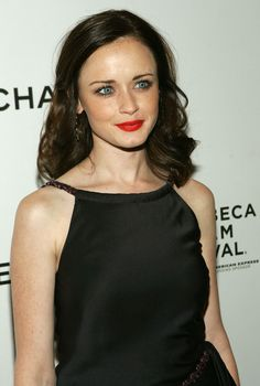 Alexis Bledel Medium Curls - Alexis rocked some hot red lips and a side-parted tousled curl shoulder-length hairstyle. Her thin brown tresses were given extra volume and texture from the classic style. Medium Curls, Medium Long Hair, Medium Hair Styles, Curly Hair Styles, Alexis Bledel, Rory Gilmore Style, Gilmore Girls, Bohemian Hairstyles, Cool Hairstyles