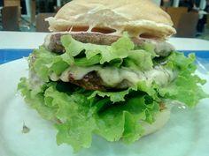 No geral, muita carne industrializada de boa procedência, e o resto meio que vem de acompanhamento, pra quem curte um burger 'não gourmet' é um super prato cheio, realmente merece muitos elogios por isso, se vier pra querer 'sair do padrão' pode acabar só comendo muito boa carne industrializada...  Super Double Vita Burger - 2 burger de 200g, pão de hambúrguer, queijo em dobro, alface, tomate e maionese - R$25