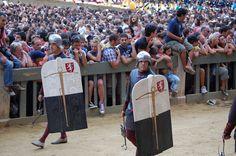 Corteo storico del Palio dell'Assunta 2008: I Balestrieri: i Pavesari. Questi militi, dotati di un grande scudo ligneo (il pavese), avevano la funzione di riparare i balestrieri al momento di scagliare i dardi e di ricaricare le balestre. Foto tratta dal sito http://palio.be/