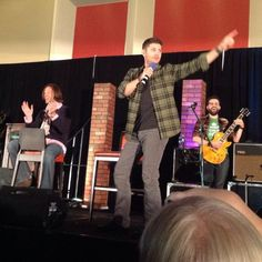 .@JensenAckles sings Bowie! #chicon @jarpad