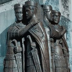 📷 Porphyry sculpture of the four emperors of the tetrarchy. It shows the four rulers in a cordial embrace intended as an expression of concordia or agreement. It originally located in Constantinople, the sculpture was plundered during the crusade of 1204, taken back to Venice and incorporated into the facade of San Marco. #sculpture #fouremperors #constantinople #crusade #1204 #history #venice #facade #sanmarco #italy