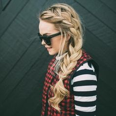 How to do a side french braid for beginners: Step-by-step tutorial and styling ideas - Hairstyles For All Pullover Pink, French Braid Styles, Side French Braids, How To French Braid, Dutch Braids, Learn French, Fishtail Braid Hairstyles, Braided Hairstyles Tutorials, Mariana