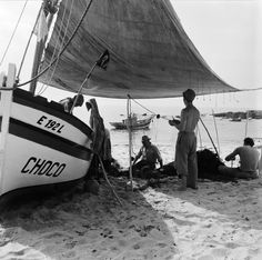 30 Interesting Black and White Photographs That Capture the Fishing Life in Portugal from the ~ vintage everyday Ericeira Portugal, Fishing Life, Countries Of The World, Lisbon, Portuguese, Surfboard, 1950s, Coast, Culture