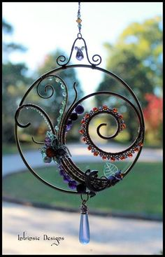 Gemstone and Crystal Swirl Suncatcher, Window Decoration with Australian Pewter Lizard - ok will use something other than lizard but lobe the rest of this piece maye without the frame Wire Wrapped Jewelry, Wire Jewelry, Jewellery, Diy Mobile, Wire Crafts, Cd Crafts, Wire Art, Beads And Wire, Suncatchers