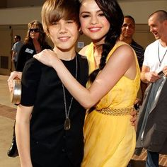 Justin was so adorable! I love how Selena was holding onto him! Selena has such a pretty smile! And Justin has the cutest smile ever! Justin Bieber Selena Gomez, Justin Bieber And Selena, All About Justin Bieber, Celebrity Couples, Celebrity Gossip, Jealous Ex, Zac Efron And Vanessa, Kids Choice Award, Marie Gomez
