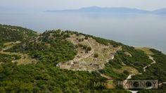 Οι Πέρσες λεηλάτησαν την περιοχή και κατέστρεψαν τον αρχαϊκό ναό του οποίου τα θεμέλια βρέθηκαν κάτω από το ναό της Νέμεσης.