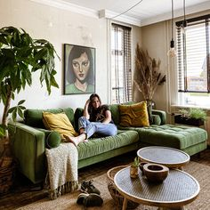 Living Room Green, Living Room Sofa, Home Living Room, Living Room Inspiration, Home Decor Inspiration, Interior Design Living Room, Living Room Designs, Green Sofa, Green Couch Decor