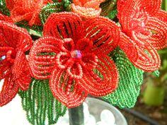 Tonos de rojo francés abalorios flores ramo por BeadedFleur en Etsy