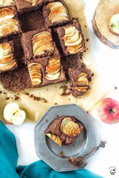 Jednoduchý koláč s horkou čokoládou, jablkami a lieskovcami namiesto múky