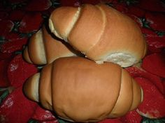 O Pão Caseiro Prático é fácil de fazer, fofinho e delicioso. Faça para o café da sua família e receba muitos elogios! Veja Também:Pão de Leite em Pó Veja