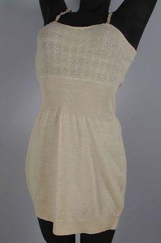 """Hemd met satijnen schouderbandjes en busterand in ajour (1) met bijpassende onderbroek met korte pijpen (2), beide van roze wollen tricot, """"Smedley's"""". Maison de Bonneterie (1960-1970). Museum Rotterdam."""