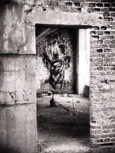 Cet artiste français réalise des oeuvres aussi sombres que poétiques sur les bâtiments abandonnés de Bretagne | Daily Geek Show