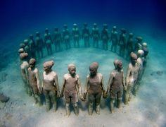 Cette sculpture sous l'eau montre des enfants se tenant par la main et regardant vers l'extérieur. Elle se trouve à 5 m sous la surface de l'eau, à Grenade, dans les Petites Antilles. Photo/J. deCaires Taylor, Vicissitudes, 2008.