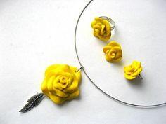 Set bijuterii colier, cercei si inel trandafiri galbeni fimo 6261 – Cadouri HandMade Pasta, Pendant Necklace, Earrings, Model, Jewelry, Fimo, Jewellery Making, Jewels