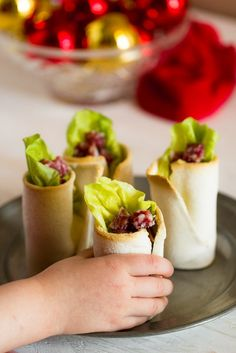 Bread and Salami. Cups of bread and salami with hummus and lettuce. Delicious finger food for kids. Tutorial step by step. (in Italian) Kids Meals, Easy Meals, Finger Foods For Kids, Party Food And Drinks, Best Appetizers, Mets, Appetisers, Pork Recipes, Italian Recipes