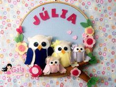 Quadro para maternidade/quarto tema Corujinha  Mede aproximadamente 25 cm de altura, feito em bastidores, tecidos de algodão, feltro, decorados com flores, botões e personalizado com o nome do bebê. Pode ser feito nas cores e estampas que desejar! Com bichinhos e enfeites que combinem com a família.  ---- Todo quartinho merece um quadrinho como esse!  ----  Consulte! R$ 65,00