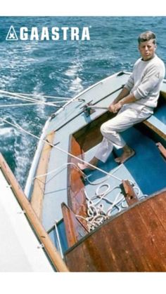 Photo from the late of John F. Kennedy, at the time, future president of the United States, on a small sailboat holding firm to the rudder as he steers the craft on a sharp tack through the water. He loved the sea and sailing. John Kennedy, Les Kennedy, Sail Away, Jolie Photo, Boat Plans, Wooden Boats, Sailing Ships, New England, Surf