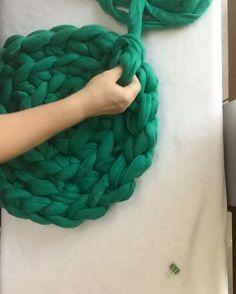 Puedes crear una cama para tu mascota con retazos de playeras que ya no usas y tejiéndolas como crochet!