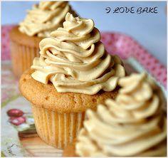 Dulce de leche cupcakes [PL]  (also: http://kuchniapelnasmakow.blogspot.com/2012/01/babeczki-kajmakowe-z-kremem-kajmakowym.html)