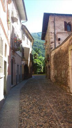 www.bringhand.de/blog    Die kleinen Gassen in Italien sind immer wieder mal ein Foto wert! :-)    #Italien #Gasse #Strasse #street #Cannobio #Lagomaggiore #Schweiz #Locarno #Reisen #Travel #Wanderlust #Entdecken #Sommer #Sonne #Urlaub #Transport #Swiss #Relax #Tradition #Bringhand #Foto #Photo