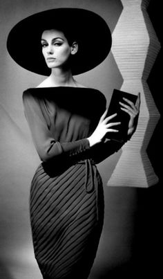 Retro Fashion Judy Dent in a dress by Heinz Oestergaard. Photograph by F. Gundlach, - Judy Dent, Fashion Model - Photograph by F. And my mum. Glamour Vintage, Vintage Beauty, Moda Vintage, Vintage Mode, Retro Vintage, Vintage Black, Vintage Style, Vintage Hats, Vestidos Vintage