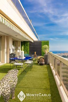 Roof bénéficiant d'une triple exposition, d'une vue dégagée ainsi que d'une échappée sur le port et la mer, donnant tout à fait l'impression d'être dans une villa avec de beaux volumes. Monte Carlo, Volumes, Impression, Ainsi, Location, Architecture, Villa, Real Estate, Outdoor Decor