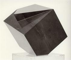 """Amador, """"Homenaje a Luca Pacioli y a Alberto Durero"""", c. 1987, mármol de Calatorao, 43 x 30 x 30 cm"""