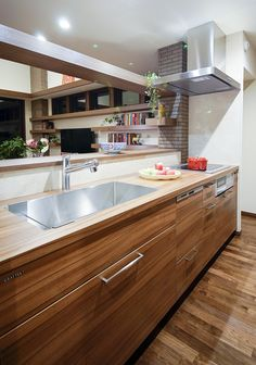 使うほどに愛着がわく、温かみのある上質な家具のようなシステムキッチン。 キッチン インテリア カウンター モダン おしゃれ 作業台 ウッド 
