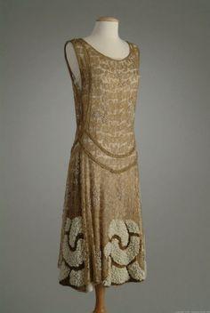 A la Moda-Vestim. 1924 via The Meadow Brook Hall Historic Costume Collection 20s Fashion, Moda Fashion, Art Deco Fashion, Fashion History, Vintage Fashion, Fashion Design, Victorian Fashion, Ladies Fashion, Robes Vintage