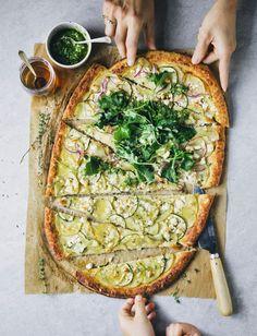 Cauliflower base pizza recipe with potato, courgette and feta Deep Dish Pizza Crust Recipe, Vegetarian Pizza Recipe, Healthy Pizza, Pizza Recipes, Healthy Eating, Healthy Recipes, Feta Pizza, Potato Toppings, Zucchini