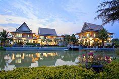 Villa Grace is echt prachtig. De drie afzonderlijke villa's de tuin is enorm; met vijvers, bruggen en loopbruggen. Er verschillende Sala-Thai's gestationeerd op het 9 hectare landgoed. Dit is een ware paradijs om te wandelen, sporten en ontspannen. De drie vrijstaande villa's liggen dicht bij elkaar, maar bieden veel privacy met een mix van Aziatische…