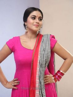 Actress Shamna Kasim hot Photos - Poorna Shamna Kasim hot Boobs Images in pink