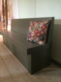 De strakke eetbank Sandhamn, nu eens niet in wit maar in jacht groen! Mooie kussens op de bank en aanschuiven maar :) Sofa, Couch, Diy Projects To Try, Furniture, Home Decor, Settee, Settee, Decoration Home, Room Decor