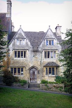 A house in the town of Burford, Oxfordshire. Burford is a town on the River Windrush in the Cotswold hills in Oxfordshire, England, about 16 miles km) west of Oxford. English Manor, English House, English Countryside, English Cottages, Beautiful Buildings, Beautiful Homes, Beautiful Places, Old Houses, Manor Houses