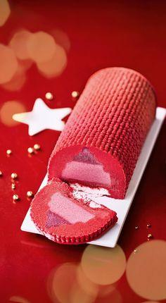 #MaTableAuSommet Pour une bûche fraîcheur, voici une une bûche glacée aux sorbets fruits rouges et pêche de vigne ! Elle sublimée d'un exquis coulis pêche de vigne et de brisures de meringue… Elle pourra s'accompagner de mignardises gourmandes ou d'une salade de fruits. #Noël #Bûche #Dessert #Sorbet #PêcheDeVigne #Fraîcheur