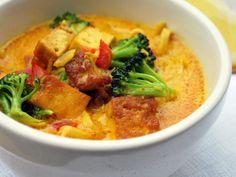 Täydellinen vegaaninen resepti sellaisiin pimeneviin iltoihin tai viikonlopun hitaalle lounaalle, kun kaipaat lämpöä. Paistettu tofu ja sen makupareina vihannekset, lämmittävät mausteet kermaisessa kookosmaitoliemessä = ihanan täyteläinen kasvisruoka, joka lämmittää makuhermoja, mieltä ja kehoa. Tofu Curry, Thai Red Curry, Hot Pot, Chili, Ethnic Recipes, Food, Red Peppers, Chile, Essen