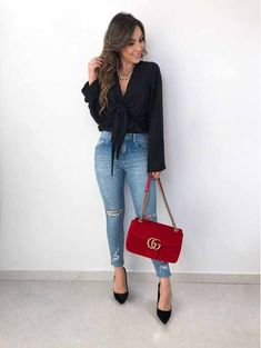 Calça jeans destroyed, blusa preta de manga longa e scarpin preto. Casual Street Style, Style Casual, Casual Chic, Casual Looks, Casual Outfits For Work Office Wear, Jeans Outfit For Work, Stylish Outfits, Cute Outfits, Style Désinvolte Chic