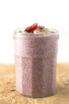 Simple and creamy strawberry chia pudding! It& the perfect breakfast, snack or dessert. Healthy Vegan Snacks, Vegan Sweets, Healthy Sweets, Healthy Breakfast Recipes, Vegan Desserts, Vegan Recipes, Dessert Recipes, Dessert Healthy, Strawberry Desserts