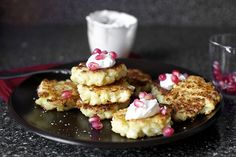 Her broccoli fritters were delicious -- I bet these are, too! Cauliflower feta fritters with pomegranate (Smitten Kitchen) Cauliflower Fritters, Cauliflower Recipes, Ricotta Fritters, Cauliflower Mash, Fromage Cheese, Smitten Kitchen, It Goes On, I Love Food, Food To Make