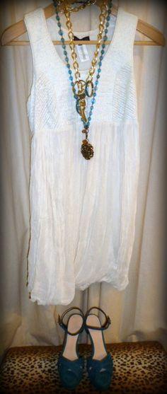 """El blanco no tiene asociado ninguna connotación negativa y, a pesar de ello, sólo un 2% lo elige como su color favorito… ¿Os animáis a probároslo conmigo? Le he dedicado la ultima entrada de mi blog: http://conlaede.wordpress.com/2013/06/22/el-color-blanco/ Propuesta de Look con vestido de """"let me be"""", zapatos de """"hoss-INTROPIA"""" y 2 collares de bysus.com"""