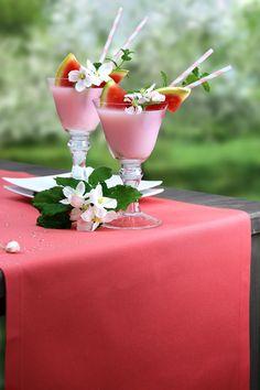 Auf dem Gartentischläufer ATMOSPHERE GIARDINO aus unserem Premium Outdoor Programm schmeckt der Drink nochmal so gut. Zu bestellen bei sander-tischwaesche.de