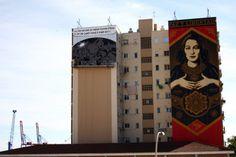 Jedno z hiszpańskich miast a dokładnie Malaga, miała okazję gościć dwóch utalentowanych artystów Sheparda Faireya (OBEY) i Deana Stocktona (D*Face). Co więcej, obaj panowie na miejsce pracy wybrali ten sam budynek Centrum Sztuki Współczesnej, który liczy sobie aż 35 metrów wysokości. Ponadto taki motyw przekłada się na bardzo ciekawy zabieg, bowiem po lewej stronie możemy …