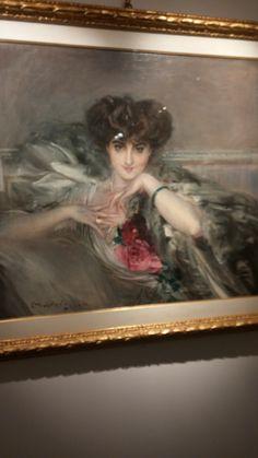 Una raffinata signora  in abito elegante