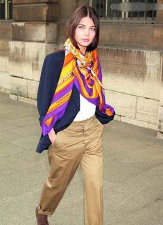 大判のスカーフをエディター風な巻き方。