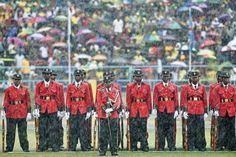 05.11 La cérémonie d'intronisation du nouveau président tanzanien, John Magufuli, se fait sous une pluie battante. Au moins, les militaires ont des chapeaux qui les protègent un peu!Photo: AFP/Daniel Hayduk