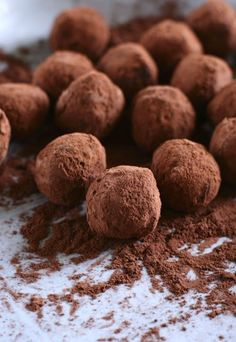 Selbst gemachte Trüffel-Pralinen - Zutaten:      Für ca. 40 Trüffelpralinen:     300 g qualitativ hochwertige Schokolade     20 cl (oder 2/3 + 1/4 Tasse) Schlagsahne (35% Fettgehalt)     ca. 40 g (1/3 Tasse) qualitativ hochwerte Butter (ungesalzen)     Kakaopulver (für die Ummantelung)