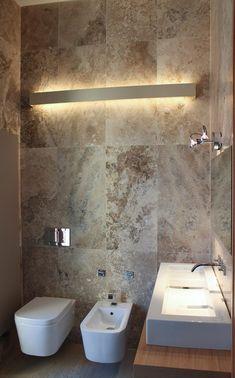 Travertine wall tiles with feature light Travertine Bathroom, Tile Bathrooms, Modern Bathrooms, Master Bathrooms, Dream Bathrooms, Casa Milano, Mid Century Bathroom, Mediterranean Home Decor, Tuscan Decorating