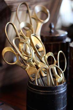antique brass gold scissors - spray paint anyone? Sewing Tools, Sewing Notions, Sewing Kits, Messing, Dressmaking, Vintage Sewing, Antique Brass, Ideias Fashion, Bronze