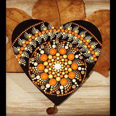 Mandala puntillismo con corazón de madera Mandala Art, Doily Art, Mandalas Drawing, Mandala Painting, Mandala Pattern, Dot Art Painting, Pebble Painting, Stone Painting, Mandala Painted Rocks