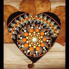 Mandala puntillismo con corazón de madera Dot Art Painting, Mandala Painting, Pebble Painting, Stone Painting, Mandala Painted Rocks, Mandala Rocks, Doily Art, Chakra Art, Mandalas Drawing